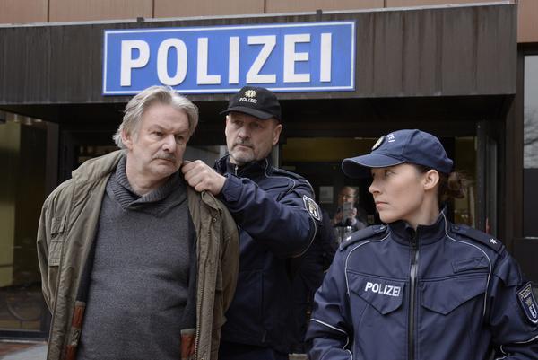 Bild 1 von 14: Peter Blanke (Max Herbrechter, l.) wird von Sandra (Katja Bürkle, r.) und einem Kollegen (Komparse) aus dem Präsidium abgeführt.