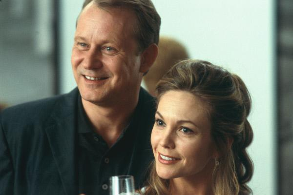 Bild 1 von 4: Das Ehepaar Erin (Diane Lane, r.) und Terry Glass (Stellan Skarsgård, l.) wirkt auf den ersten Blick sympathisch, hilfsbereit und warmherzig. Doch der Schein trügt, denn Erin und Terry stecken in Schwierigkeiten und würden alles tun, um diese zu beseitigen.