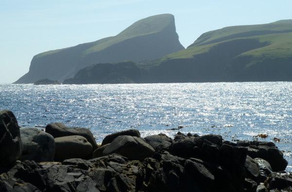 Bild 1 von 2: Sheep Rock, eine markante Felsformation im Osten von Fair Isle.