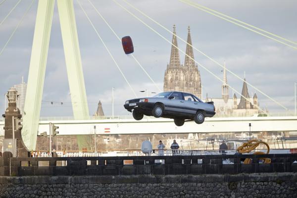 Bild 1 von 8: Rückblick: 1983 wird Semirs Clique in einen Unfall verwickelt, bei der eine vierköpfige Familie in ihrem Wagen in ein Hafenbecken stürzt und ertrinkt...