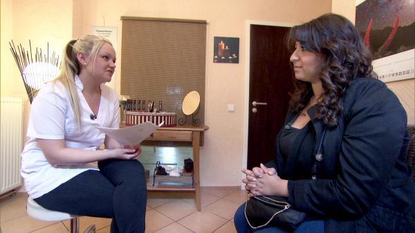 Bild 1 von 7: Die 25-jährige Sevil (re.) möchte gerne als Kosmetikerin arbeiten - spontan hat sie ein Vorstellungsgespräch mit Michelle Volberg (li.)