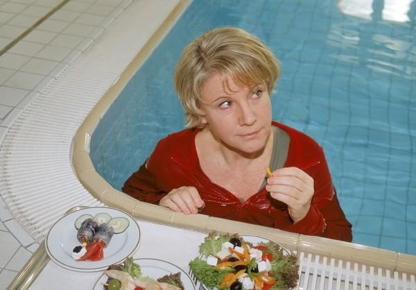 Bild 1 von 10: Bei ihrem verzweifelten Versuch, sich vor ihrer Tochter zu verstecken, muss Nikola (Mariele Millowitsch) ihr Mittagessen wohl oder übel im Pool zu sich nehmen...