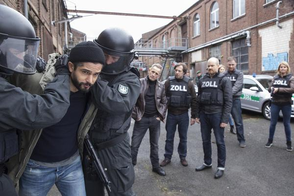 Bild 1 von 10: Bei einer Drogenrazzia im Hafenviertel von Münster werden Mesut Kaharasan (Luk Piyes) und andere Aktivisten der Freihafen Initiative wegen Drogenbesitzes festgenommen.