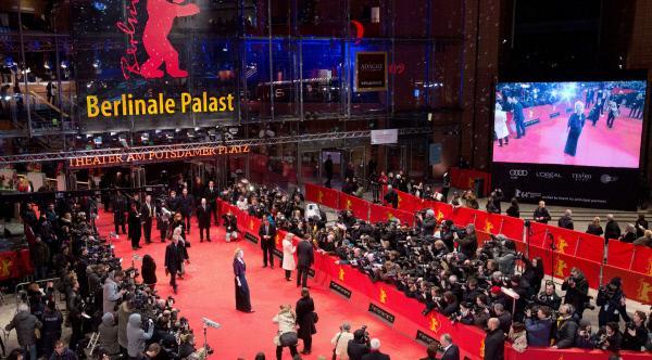 Bild 1 von 1: Im Berlinale Studio begrüßen in diesem Jahr Franziska Hessberger und Marwa Eldessouky die rbb-Zuschauer an sechs Tagen live aus dem Berlinale Palast.