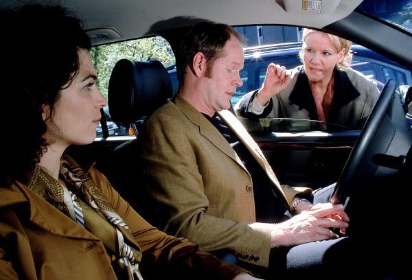 Bild 1 von 6: Nikola (Mariele Millowitsch, r.) ertappt Erik (Guntbert Warns) mit einer Frau (Gudrun Tielsch). Wie sich herausstellt, ist es seine Ehefrau!