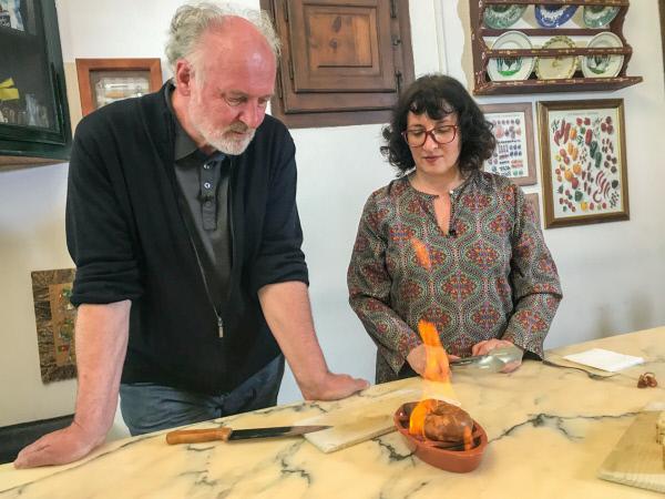 Bild 1 von 9: Sofia Vieira und Lojze Wieser grillen auf dem typisch portugiesischen Ton-Grill in Evora