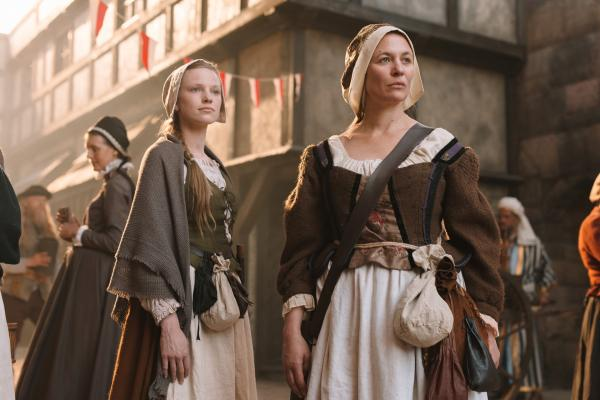 Bild 1 von 8: Anna Stein (Julia Thurnau, r.) gibt ihr Wissen an ihre Lehrmagd (Elina Vaska, l.) weiter. Mit ihren Kräuterbeuteln am Kleid waren sie leicht als Hebammen zu erkennen.