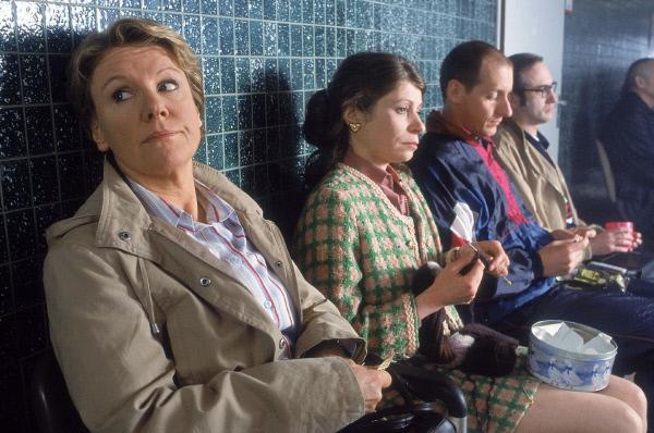 Bild 1 von 5: Nikola (Mariele Millowitsch, li.) fühlt sich in der Trostlosigkeit des Arbeitsamtsflurs nicht wohl. Die erfahrenen 'Kunden' des Arbeitsamts scheinen sich schon daran gewöhnt zu haben (v.re.: Emilia Blumenberg, Stefan Otto, Klaus Heindl)
