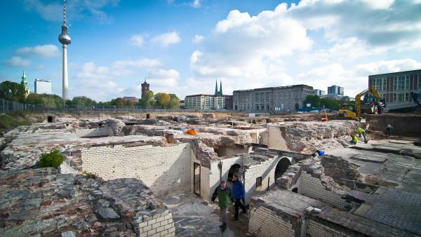Bild 1 von 1: Unter dem Schlossplatz in Berlin gräbt das Team von Professor Wemhoff die alte Stadtmauer aus.