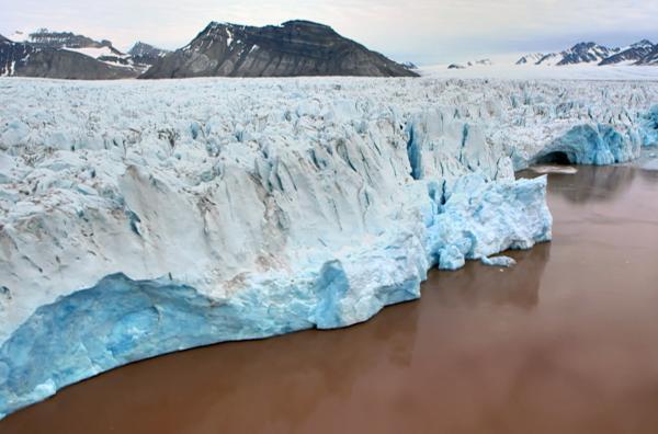 Bild 1 von 3: An den Königsfjord, nur einige Kilometer vom Dorf Ny-Ålesund entfernt, grenzen vier riesige Gletscher, die sich über Dutzende Kilometer in die Insel hinein erstrecken. Ihre Eisdecke schwankt zwischen 300 und 400 Metern.