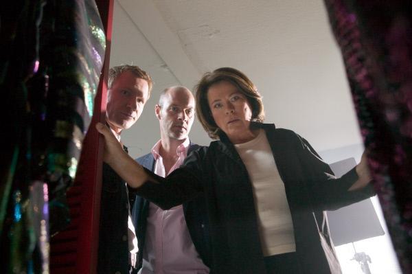 Bild 1 von 12: Kommissarin Springer (Rita Russek, r.) und ihr Assistent Overbeck (Roland Jankowsky, l.) machen eine überraschende Entdeckung. Graumiller (Simon Licht, M.) kann nicht glauben, was er da sieht.