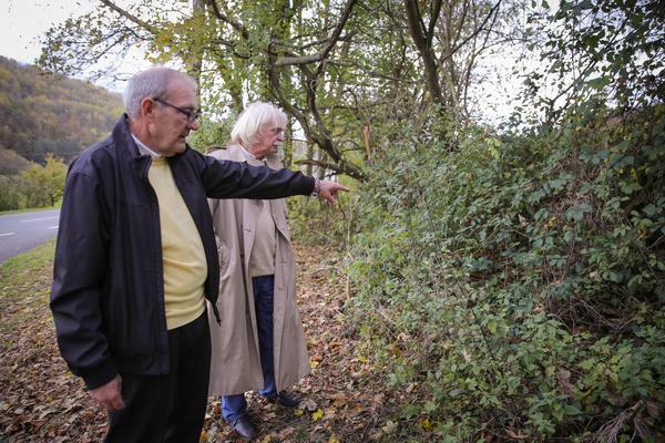 Bild 1 von 2: Ein Busfahrer hat die kleine Melanie an einem Parkplatz gefunden. Rolf Becker zeigt Axel Petermann die genaue Stelle.