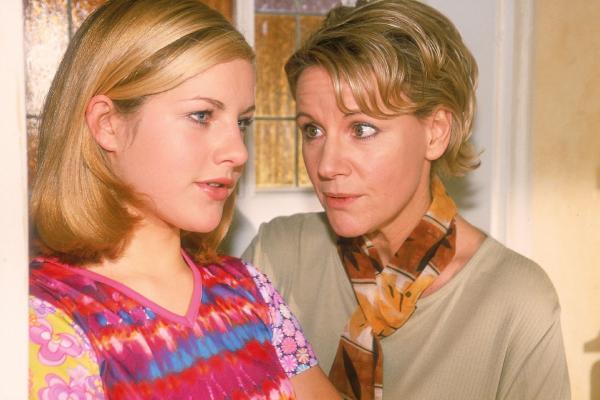 Bild 1 von 10: Stephanie (Friedericke Grasshoff, l.) hat sich in den Sohn eines prominenten Patienten verliebt. Nikola (Mariele Millowitsch) warnt sie vor einer Enttäuschung.