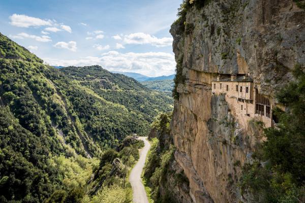 Bild 1 von 6: Das Kloster Kipina ist in den Fels gebaut -- die Mönche lebten zum Teil in Höhlen. Das beeindruckende Gebäude steht seit Jahrzehnten leer, ist aber für Besucher zugänglich.