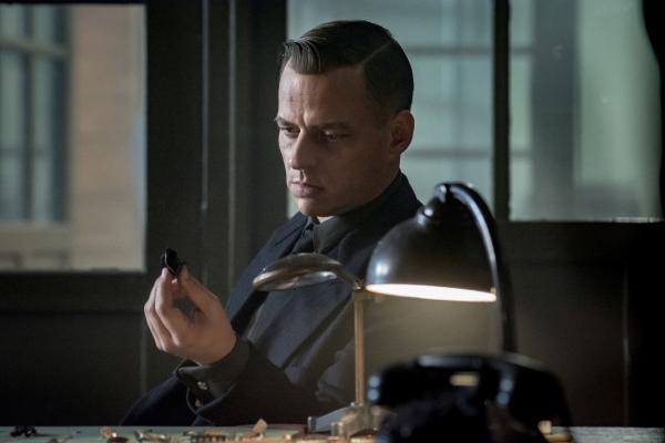 Bild 1 von 8: Kriminalrat Hagen Forster (Tom Wlaschiha) leitet die Gestapo in La Rochelle. Er ist fest davon überzeugt, dass Deutschland den Krieg gewinnen wird.