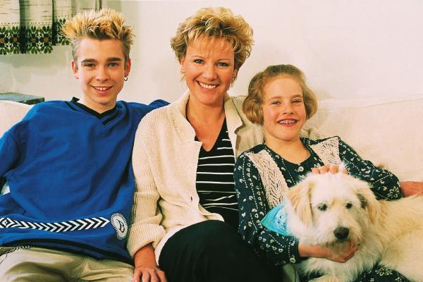 Bild 1 von 8: Nikola Vollendorf (Mariele Millowitsch, Mi.) ist mit ihren halbwüchsigen Kindern Peter (Eric Benz) und Stephanie (Friederike Grasshoff) gerade nach Köln gezogen, um sich dort ein neues Leben aufzubauen.