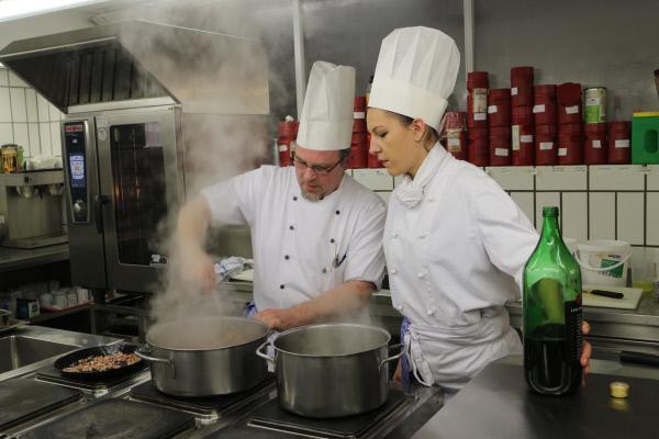 Bild 1 von 10: Dijana P. (32) macht eine Ausbildung zur Köchin im Frauengefängnis in Vechta. Ihr Ausbilder macht sie fit für die bevorstehende Prüfung.