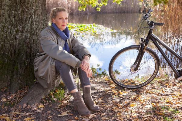 Bild 1 von 10: Fritzie (Tanja Wedhorn) sitzt in der Herbstsonne an ihrem Lieblingsplatz im Park und gönnt sich ein paar Momente Ruhe und Abstand von allem.