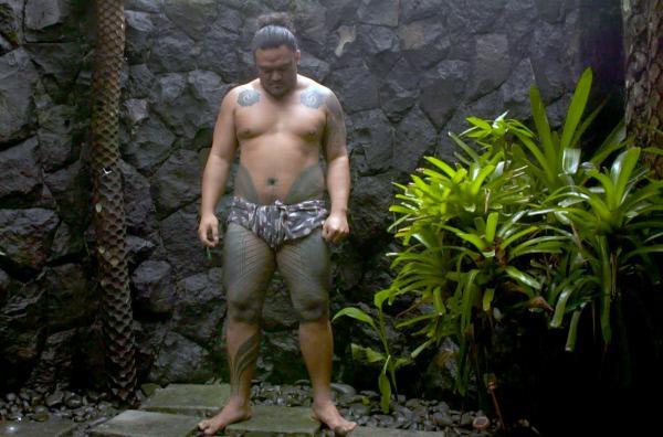 Bild 1 von 3: Um die überschüssige Farbe aus der Haut zu waschen und Infektionen vorzubeugen, muss Stivi zwischen den Tattoo-Sitzungen immer wieder duschen.