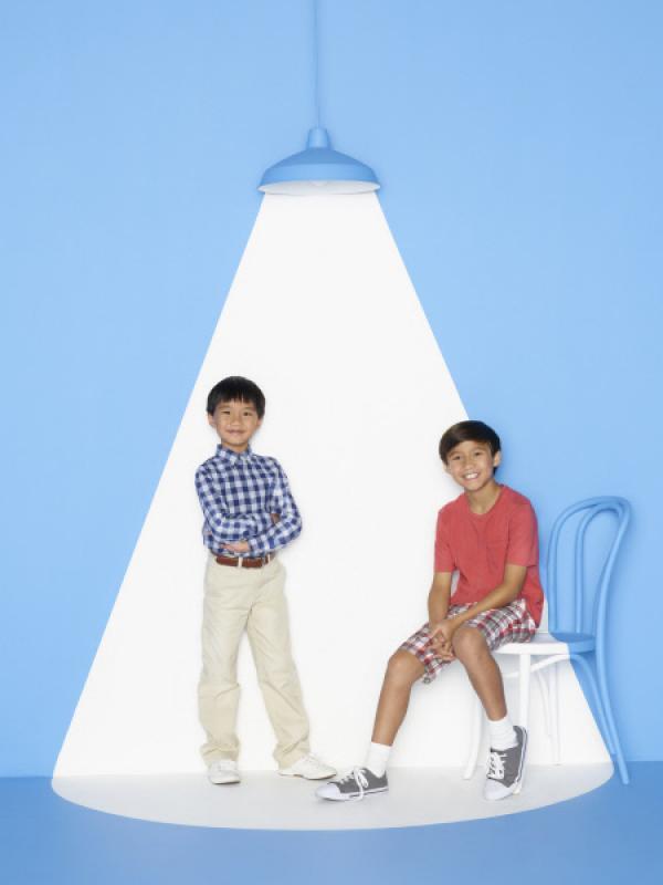Bild 1 von 32: (2. Staffel) - Machen ihrem Bruder Eddie das Leben nicht immer leicht: Evan (Ian Chen, l.) und Emery (Forrest Wheeler, r.) ...