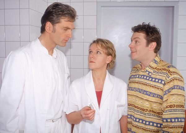 Bild 1 von 8: Schwanger! Schmidt (Walter Sittler, l.) und Tim (Oliver Reinhard) erfahren von Nikola (Mariele Millowitsch), dass der Schwangerschaftstest positiv ausgefallen ist.