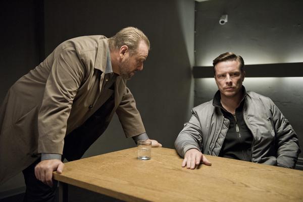 Bild 1 von 9: Kommissar Brockhorst (Felix Vörtler, l.) will im Verhör herausfinden, welche Rolle Luke (Florian Panzner, r.) in dem Gezerre um die lukrative \