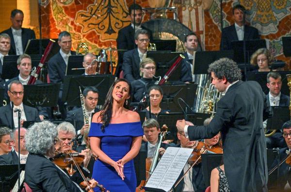 Bild 1 von 3: Die Mezzosopranistin Tamara Mumford (Mi.) und die Münchner Philharmoniker im Palau de la Música Catalana
