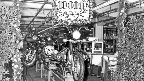 Bild 1 von 3: Schon 1970 feierte das Werk ein Produktionsjubiläum: Das zehntausendste Motorrad der 5-Baureihe lief in diesem Jahr vom Band.