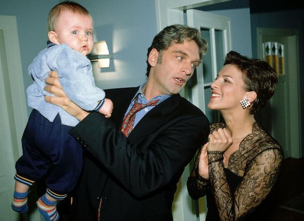 Bild 1 von 7: Schmidts (Walter Sittler) neue Errungenschaft Klara (Sabine Petzl) bittet ihn, auf Max (Yannick Reuter), ihr sechs Monate altes Baby, aufzupassen. Wenn er sich da mal nicht übernimmt...