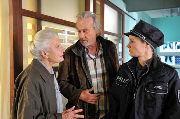 Bild 1 von 15: Der Vater (Siemen Rühaak, M.) und die Großmutter (Luise Deschauer, l.) klären Franzi (Rhea Harder, r.) über die nicht einfachen Familienverhältnisse auf.