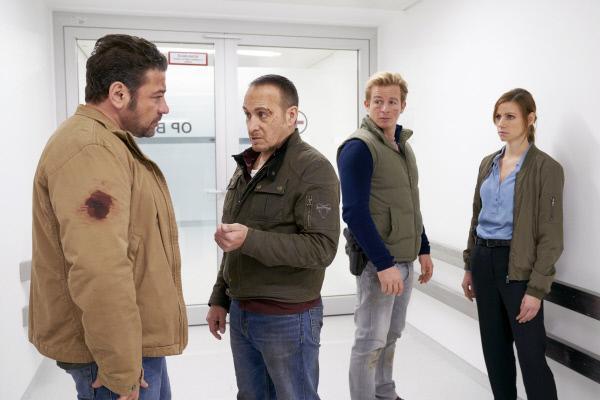 Bild 1 von 12: Nachdem Semir (Erdogan Atalay) seinen Bruder Kemal (Leonardo Nigro, l.) vom Flughafen abgeholt hat, wurde Kemals Begleiterin Sky von einem brutalen Killer entführt. Semir und Paul (Daniel Roesner, 2.v.r.) konnten Sky retten und nehmen mit Jenny (Katrin Heß) die Ermittlungen auf.