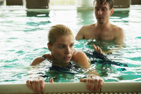 Bild 1 von 15: Ella (Annette Frier) sammelt Informationen für ihren ersten Fall und nimmt daher Schwimmstunden bei David (Max Radestock). Sie hat panische Angst vor Wasser.