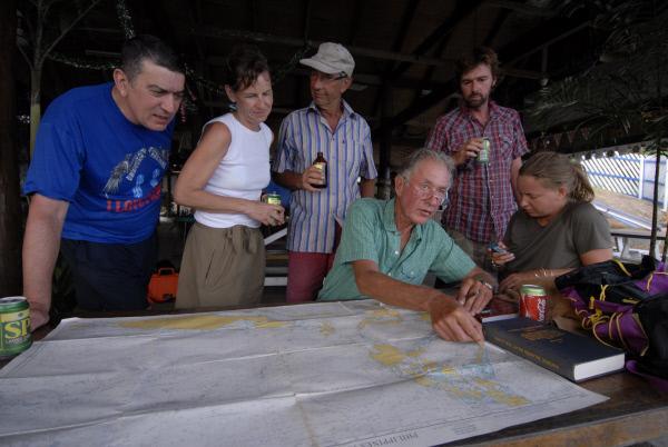 Bild 1 von 1: Expeditionsleiter Klaus Hympendahl bespricht die Reise mit der Crew.