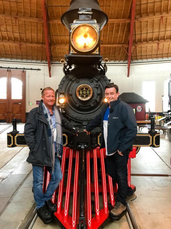 Bild 1 von 6: Die Kreuzfahrtdirektoren Klaus Gruschka und Thomas Gleiss sind im Eisenbahnmuseum von Baltimore. Hier dürfen sie sich wie die ersten Siedler fühlen.