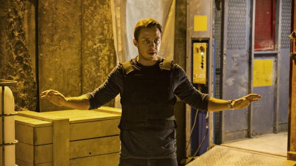 Bild 1 von 5: Philip (Johannes Lassen) stellt sich unbewaffnet dem Geiselnehmer.
