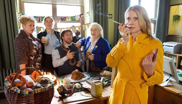 Bild 1 von 6: Sophie Haas (Caroline Peters, v) mit v.l.n.r. Petra Kleinert, Bärbel Schmied (Meike Droste), Dietmar Schäffer (Bjarne Mädel) und Irmtraut Schäffer (Carmen-Maja Bülow).