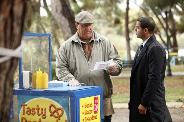 Bild 1 von 14: Javier Esposito (Jon Huertas, r.) bleibt nur noch wenig Zeit, den entführten Jungen zu finden. Hat Pretzel Vendor (Al Pugliese, l.) einen hilfreichen Tipp für ihn?