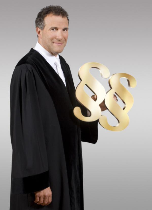 Bild 1 von 12: Richter Alexander Hold war Staatsanwalt und Richter am Amtsgericht in Kempten. Er steht in der erfolgreichen Court-Show-Tradition von SAT.1 und entscheidet Strafrechtsfälle - das ganze Spektrum der Strafbarkeit, vom Drogendealer bis zur Sexualstraftat ...