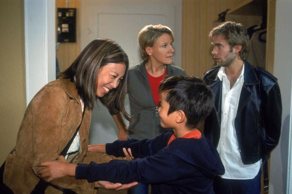 Bild 1 von 10: Nikola (Mariele Millowitsch, 2.v.li.) kann es nicht fassen: Peter (Eric Benz, re.) hat Hermann (Nikita Wokurka) einfach bei ihr gelassen, ohne seiner Mutter (Minj-Khai Phan-Thi) Bescheid zu sagen!