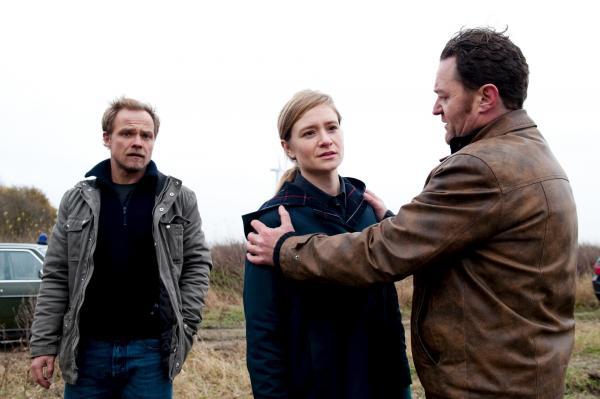 Bild 1 von 5: Robert Marthaler (Matthias Koeberlin, l.), Kirsten Höpfner (Julia Jentsch, M.) und Kai Döring (Jürgen Tonkel, r.) haben einen schrecklichen Fund gemacht.