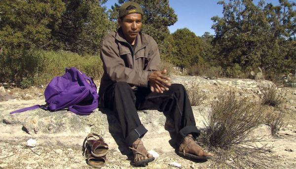 Bild 1 von 9: Ein Tarahumara Langläufer vor dem Start mit seinen Laufschuhen.