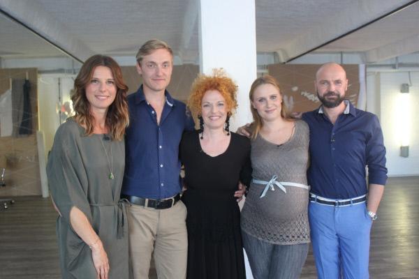 Bild 1 von 4: Die Inneneinrichter Sasha (l.), Cornelia (M.) und Ingo (r.) mit den Auftraggebern, dem Ehepaar Gründler.