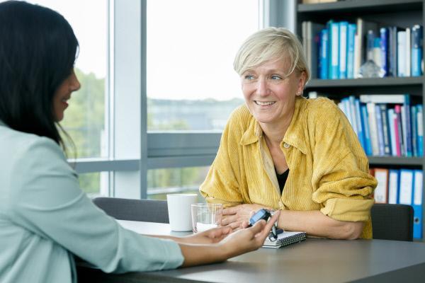 Bild 1 von 11: Moderatorin Collien Ulmen-Fernandes im Gespräch mit Prof. Silvia Schneider, einer Kinder- und Jugendpsychotherapeutin.