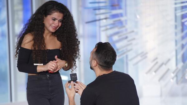 Bild 1 von 7: Unvergesslich, wie Georgios 'Jorgo' Alatsas aus Ludwigshafen seiner Freundin Bana Hamawandi während des Castings von 'Deutschland sucht den Superstar' einen Heiratsantrag macht.