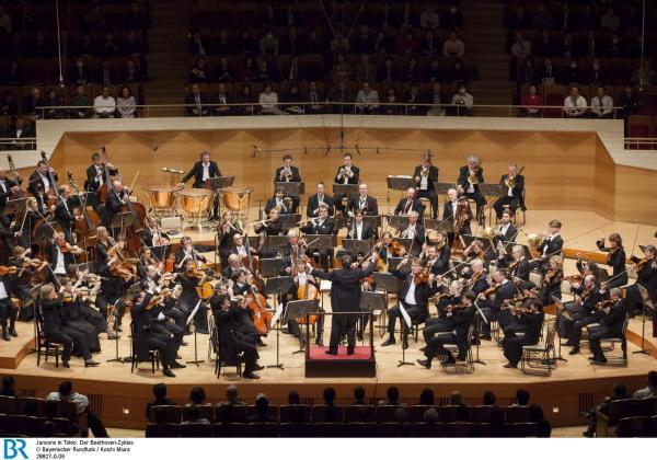 Bild 1 von 9: Im Herbst 2012 haben Symphonieorchester und Chor des Bayerischen Rundfunks unter der Leitung von Jansons in Tokio den Zyklus aller neun Beethoven-Symphonien aufgef?hrt. Jansons und seine Musiker wurden daf?r vom japanischen Publikum und der Kritik euphorisch gefeiert. Bei den Vorbereitungen zur Japan-Tournee haben die Filmemacher Orchester und Chefdirigenten intensiv beobachtet.