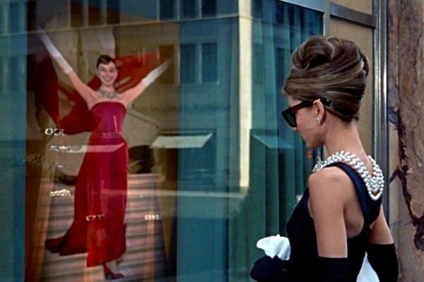 Bild 1 von 5: Audrey Hepburn vor dem Schaufenster des Juweliers Tiffany in dem Film \