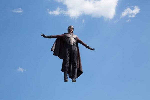 Bild 1 von 23: Das Jahr 1973: Magneto (Michael Fassbender) wird des Mordes an John F. Kennedy beschuldigt und in ein Hochsicherheitsgefängnis verfrachtet. Doch mit Hilfe des aus der Zukunft gekommenen Wolverines gelingt ihm die Flucht, seine Wut auf die Menschen ist intensiver als je zuvor. Doch um die Mutanten der Zukunft vor der Ausrottung zu retten, muss Eric nicht nur seinen Hass auf die Menschen im Zaum halten, sondern auch mit Charles Xavier und dessen Gruppe an Mutanten zusammenarbeiten ...