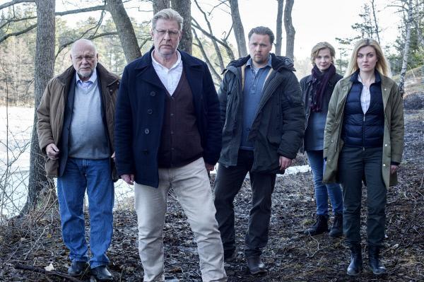 Bild 1 von 13: Torkel Höglund (Tomas Laustiola, l.), Sebastian Bergman (Rolf Lassgård, 2.v.l.), Billy Rosén (Christopher Wagelin, M.), Ursula Andersson (Gunnel Fred, 2.v.r.) und Vanja Lithner (Moa Silén, r.).