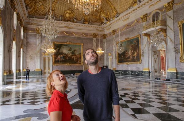 Bild 1 von 3: Die ?Xenius?-Moderatoren Dörthe Eickelberg und Pierre Girard bestaunen den Marmorsaal im Neuen Palais in Potsdam, der einst die Festhalle von Friedrich dem Großen war.