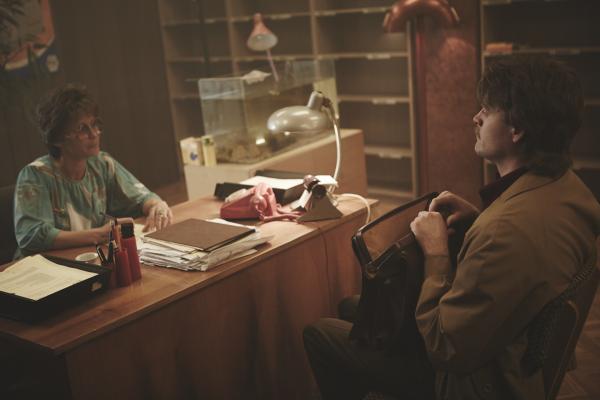 Bild 1 von 5: Valerie Niehaus und Max Giermann in einem Reisebüro der DDR.